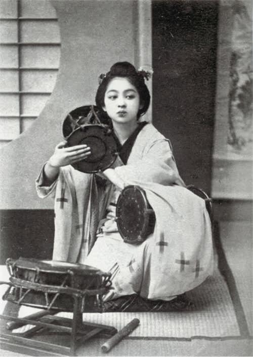 鼓を打つ芸奴(玉村康三郎撮影、明治時代の美人ランキング)
