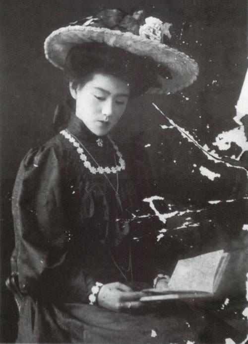 朝吹磯子(16歳頃、アール・ヌーヴォースタイルのドレス、明治時代の美人ランキング)
