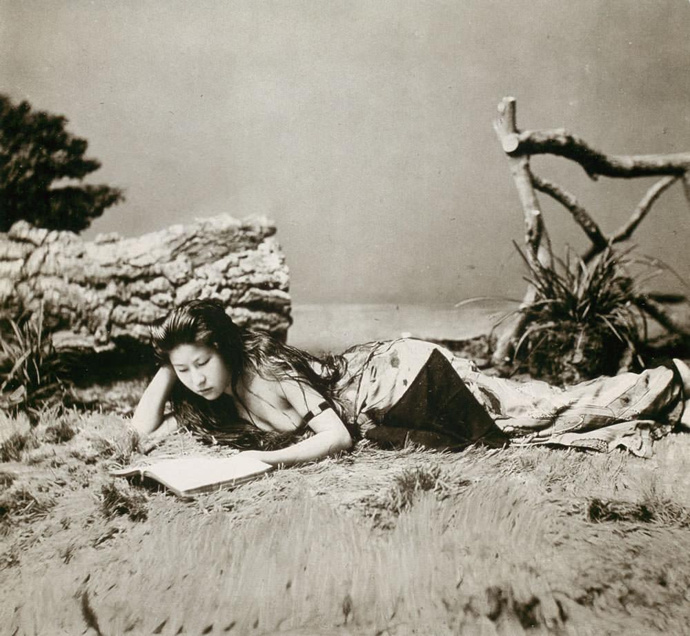海岸でアルバムを見る女性(明治時代の美人ランキング)の拡大画像