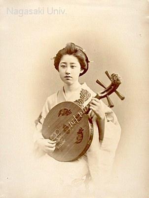 月琴を弾く女性(明治時代の美人ランキング)