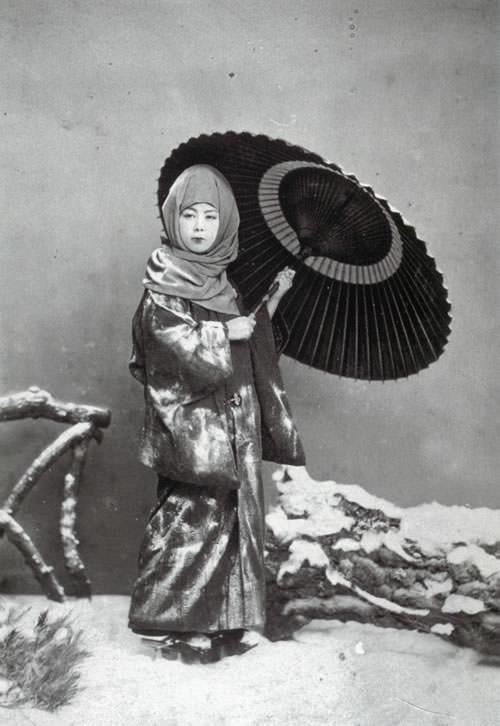 お高祖頭巾、目元のみ露出する女性(明治時代の美人)