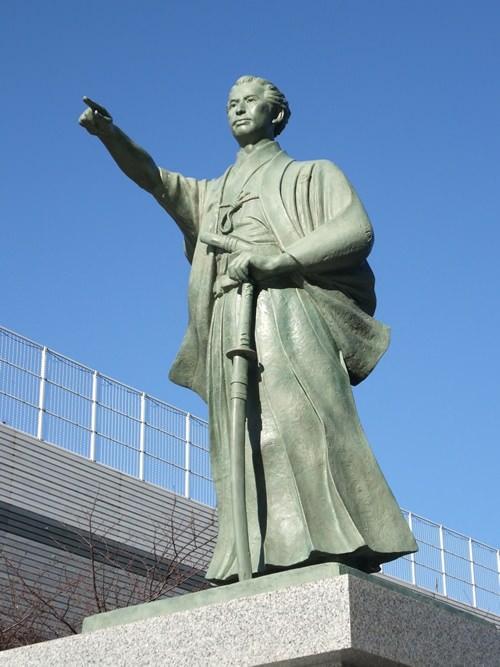 勝海舟 銅像(墨田区役所うるおい広場)
