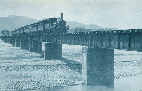 徳川慶喜が撮影した風景写真(安倍川鉄橋上り列車進行中之図)