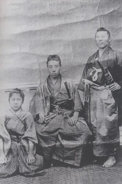 高杉晋作(中央)、伊藤博文(右)、山田顕義(左)